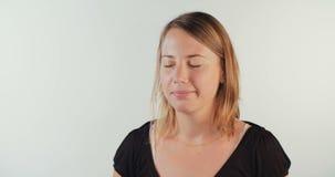 Νέο ξανθό γέλιο γυναικών έξω δυνατό απόθεμα βίντεο