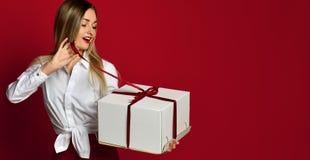Νέο ξανθό γυναικών ανοικτό άσπρο κιβωτίων γέλιο χαμόγελου δώρων παρόν στοκ φωτογραφία με δικαίωμα ελεύθερης χρήσης