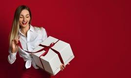 Νέο ξανθό γυναικών ανοικτό άσπρο κιβωτίων γέλιο χαμόγελου δώρων παρόν στοκ εικόνες