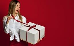 Νέο ξανθό γυναικών ανοικτό άσπρο κιβωτίων γέλιο χαμόγελου δώρων παρόν στοκ εικόνα με δικαίωμα ελεύθερης χρήσης
