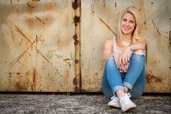 Νέο ξανθό καυκάσιο κορίτσι μόνο σε μια οδό Στοκ Εικόνα