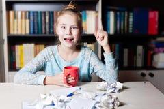 Νέο ξανθό κορίτσι που έχει μια ιδέα Στοκ Φωτογραφίες