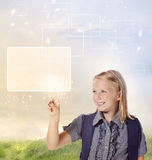 Νέο ξανθό κορίτσι που κοιτάζει και που δείχνει Στοκ Εικόνα
