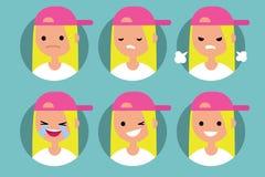 Νέο ξανθό κορίτσι που φορά το ρόδινο σχεδιάγραμμα ΚΑΠ pics Στοκ Φωτογραφία