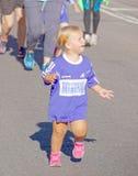 Νέο ξανθό κορίτσι που χαμογελά και που τρέχει Στοκ Φωτογραφία