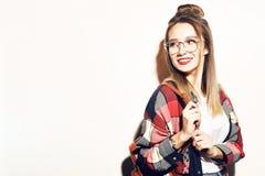 Νέο ξανθό κορίτσι σπουδαστών που εξετάζει τη κάμερα Εκπαίδευση, κατάρτιση Δροσίστε hipster τη γυναίκα σπουδαστών Νέα γυναίκα μόδα στοκ φωτογραφία με δικαίωμα ελεύθερης χρήσης