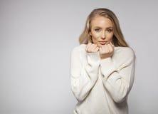 Νέο ξανθό κορίτσι στο άσπρο πουλόβερ μαλλιού Στοκ εικόνες με δικαίωμα ελεύθερης χρήσης