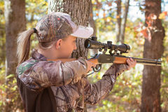 Νέο ξανθό κυνήγι γυναικών Στοκ εικόνες με δικαίωμα ελεύθερης χρήσης