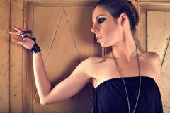 Νέο ξανθό μαύρο αισθησιακό φόρεμα ένδυσης γυναικών Στοκ φωτογραφίες με δικαίωμα ελεύθερης χρήσης