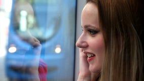 Νέο ξανθό οδηγώντας τραμ γυναικών και ομιλία σε κινητό, τηλέφωνο, κύτταρο απόθεμα βίντεο