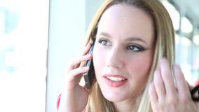 Νέο ξανθό οδηγώντας τραμ γυναικών και ομιλία σε κινητό, τηλέφωνο, κύτταρο φιλμ μικρού μήκους
