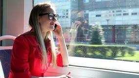 Νέο ξανθό οδηγώντας τραμ γυναικών, που μιλά σε κινητό, τηλέφωνο, κύτταρο φιλμ μικρού μήκους