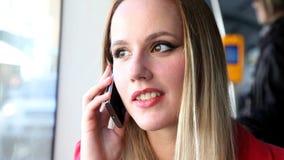 Νέο ξανθό οδηγώντας τραμ γυναικών, που μιλά σε κινητό, το τηλέφωνο, το κύτταρο και τον κυματισμό απόθεμα βίντεο
