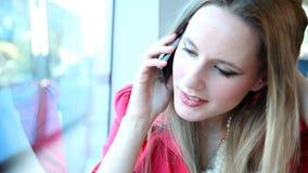 Νέο ξανθό οδηγώντας τραμ γυναικών, που μιλά σε κινητό, το τηλέφωνο, το κύτταρο και το παιχνίδι με την τρίχα απόθεμα βίντεο