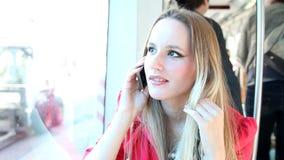 Νέο ξανθό οδηγώντας τραμ γυναικών, που μιλά σε κινητό, το τηλέφωνο, το κύτταρο και το παιχνίδι με την τρίχα φιλμ μικρού μήκους