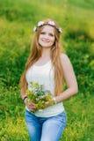 Νέο ξανθό χαμόγελο για τη κάμερα στοκ φωτογραφίες με δικαίωμα ελεύθερης χρήσης