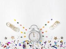 Νέο ξυπνητήρι έτους στο άσπρο υπόβαθρο στοκ φωτογραφίες