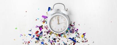 Νέο ξυπνητήρι έτους στο άσπρο υπόβαθρο στοκ εικόνες με δικαίωμα ελεύθερης χρήσης