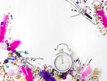 Νέο ξυπνητήρι έτους στο άσπρο υπόβαθρο στοκ εικόνα με δικαίωμα ελεύθερης χρήσης