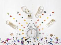 Νέο ξυπνητήρι έτους στο άσπρο υπόβαθρο στοκ φωτογραφία με δικαίωμα ελεύθερης χρήσης