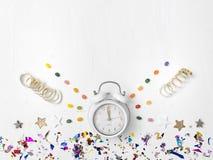 Νέο ξυπνητήρι έτους στο άσπρο υπόβαθρο στοκ φωτογραφία