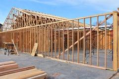 Νέο ξύλινο σπίτι πλαισίων κάτω από την κατασκευή στοκ φωτογραφία