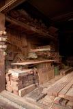 Νέο ξύλο σωρών με την τέμνουσα μηχανή Στοκ Φωτογραφία