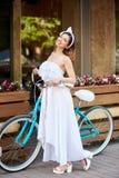 Νέο οδηγώντας ποδήλατο γυναικών στις οδούς πόλεων στοκ εικόνες με δικαίωμα ελεύθερης χρήσης