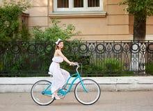 Νέο οδηγώντας ποδήλατο γυναικών στις οδούς πόλεων στοκ φωτογραφίες με δικαίωμα ελεύθερης χρήσης