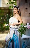 Νέο οδηγώντας ποδήλατο γυναικών στις οδούς πόλεων στοκ φωτογραφία με δικαίωμα ελεύθερης χρήσης