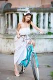 Νέο οδηγώντας ποδήλατο γυναικών στις οδούς πόλεων στοκ εικόνες