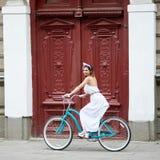 Νέο οδηγώντας ποδήλατο γυναικών στις οδούς πόλεων στοκ εικόνα με δικαίωμα ελεύθερης χρήσης