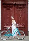 Νέο οδηγώντας ποδήλατο γυναικών στις οδούς πόλεων στοκ φωτογραφία