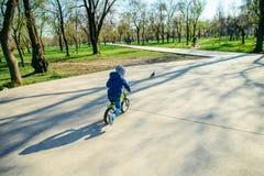 Νέο οδηγώντας strider ποδήλατο αγοριών στοκ εικόνες με δικαίωμα ελεύθερης χρήσης