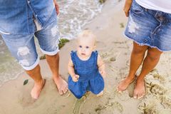 Νέο οικογενειακό ζεύγος ετεροφυλόφιλων Το καυκάσιοι mom και ο μπαμπάς μαθαίνουν τον περίπατο που μια εκμετάλλευση μικρών παιδιών  στοκ εικόνα