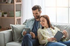 Νέο οικογενειακό ζεύγος μαζί στο σπίτι περιστασιακό Στοκ εικόνες με δικαίωμα ελεύθερης χρήσης