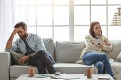 Νέο οικογενειακό ζεύγος μαζί στο σπίτι περιστασιακό Στοκ Εικόνες