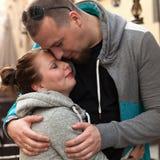 Νέο οικογενειακό ζεύγος στη συνεδρίαση Ρομαντικό ζεύγος που απολαμβάνει στις στιγμές της ευτυχίας Στοκ Εικόνες