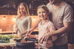 Νέο οικογενειακό μαγείρεμα Στοκ Φωτογραφίες