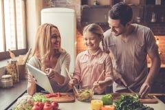 Νέο οικογενειακό μαγείρεμα Στοκ φωτογραφία με δικαίωμα ελεύθερης χρήσης