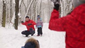 Νέο οικογενειακό παιχνίδι στο χιόνι στο χειμερινό πάρκο απόθεμα βίντεο