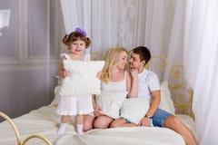 Νέο οικογενειακό παιχνίδι πρίν πηγαίνει στο κρεβάτι Στοκ φωτογραφίες με δικαίωμα ελεύθερης χρήσης