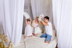Νέο οικογενειακό παιχνίδι πρίν πηγαίνει στο κρεβάτι Στοκ Εικόνες