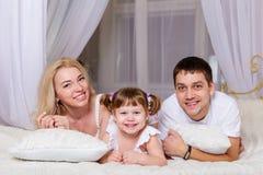 Νέο οικογενειακό παιχνίδι πρίν πηγαίνει στο κρεβάτι Στοκ Εικόνα