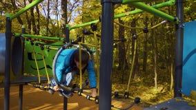 Νέο παιχνίδι αγοριών εφήβων στην παιδική χαρά σε ένα πάρκο, Ρωσία, Μόσχα φιλμ μικρού μήκους