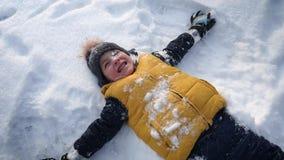 Νέο παιχνίδι αγοριών με το χιόνι απόθεμα βίντεο