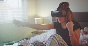 Νέο παιχνίδι κοριτσιών εφήβων γυαλιών εικονικής πραγματικότητας εφευρέσεων πολύ που εντυπωσιάζεται σε ένα νέο εικονικό παιχνίδι σ φιλμ μικρού μήκους