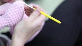 Νέο παιχνίδι amigurumi γυναικών πλέκοντας closeup φιλμ μικρού μήκους