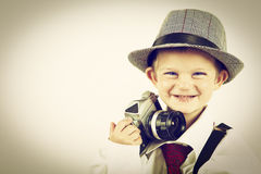 Νέο παιχνίδι αγοριών με μια παλαιά κάμερα για να είναι φωτογράφος Στοκ εικόνες με δικαίωμα ελεύθερης χρήσης