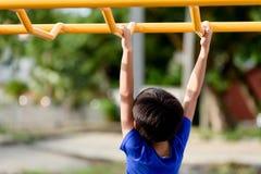 Νέο παιχνίδι αγοριών με τον κίτρινο φραγμό Στοκ φωτογραφίες με δικαίωμα ελεύθερης χρήσης
